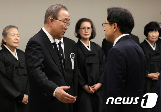 황교안 대표와 인사 나누는 반기문 위원장