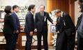 반기문 위원장 가족과 인사 나누는 황교안 대표