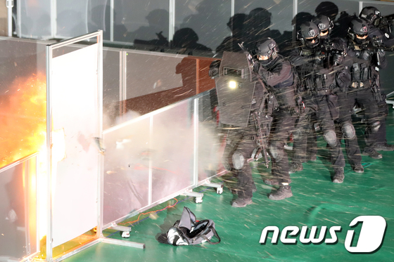 테러범 제압 위해 '문 폭발'