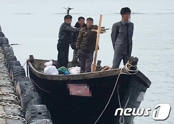 북한 어선 자체 동력으로 정박