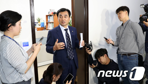 '북한 목선 삼척항 접안 귀순' 브리핑 하는 안규백 위원장