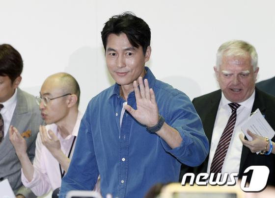 배우 정우성 북토크 참석…스윗한 눈빛