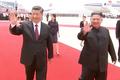 환영 인파에 인사하는 김정은-시진핑