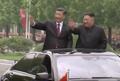 환영하는 평양시민들에게 인사하는 시진핑-김정은