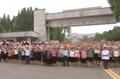 김일성 종합대학 앞에 모인 환영 인파