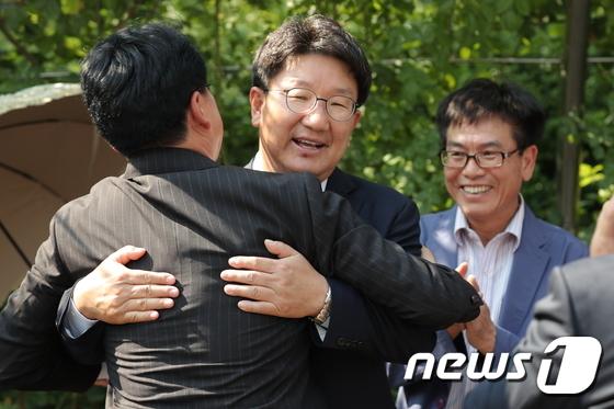 장제원과 포옹하는 권성동 '1심 무죄'