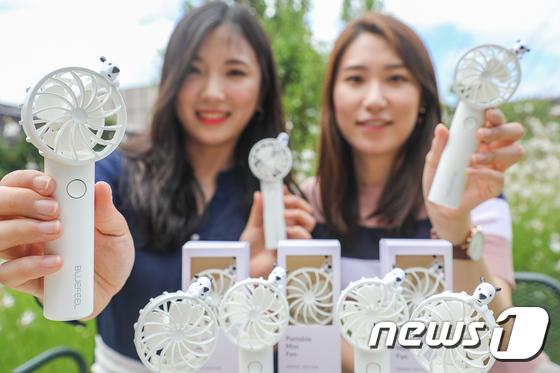 현대백화점 '손 선풍기 드려요'