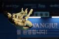 멋진 다이빙 연기 펼치는 우하람·김영남