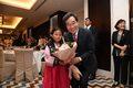 타지키스탄 동포 어린이에게 꽃다발 받은 이낙연 총리