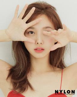 """[N화보] 트와이스 나연, '하의 실종' 섹시 패션...""""콤플렉스마저도 나"""""""