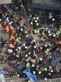 [사진] 印 뭄바이 건물 붕괴현장의 긴박한 구조대원들