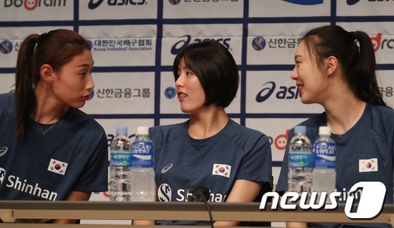 대화나누는 여자 배구 국가대표 선수들