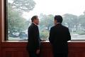대화 나누는 문재인 대통령과 황교안 대표