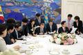 문 대통령·여야대표, 日 보복성 수출규제 관련 현안 논의