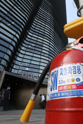 일본대사관 건물 앞 차량 방화…70대 온몸 화상