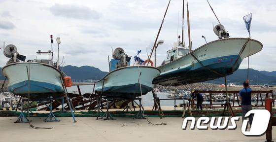 태풍 피해 육지로 옮겨지는 어선들
