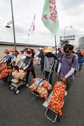 성난 농민들 '청와대로 행진'