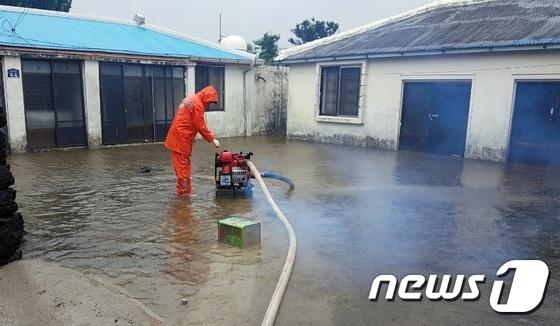 \'태풍 다나스\' 폭우에 물바다된 집마당