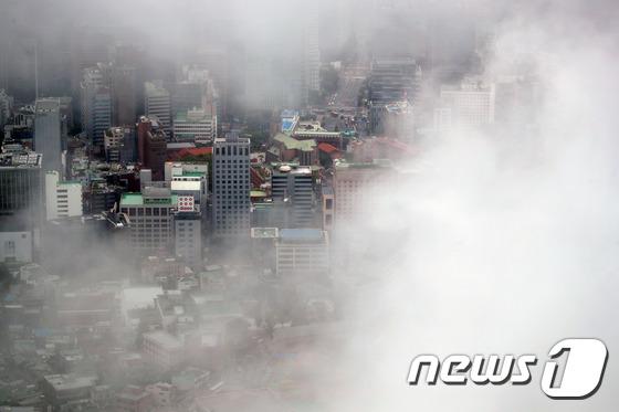 비구름에 갇힌 서울도심