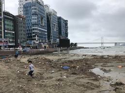 태풍 다나스 휩쓴 흔적… 광안리, 쓰레기장 방불