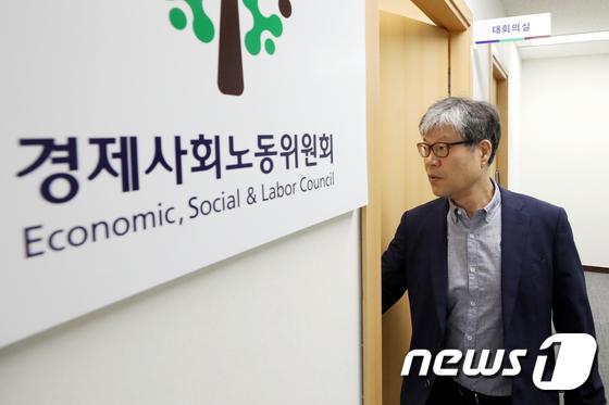 제8차 운영위 참석하는 박태주 상임위원
