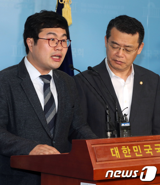 기자회견하는 조용술 미래당 혁신위원