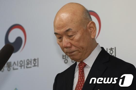 사퇴의사 밝히는 이효성 방송통신위원장