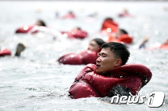 \'실전같은 전투수영\'