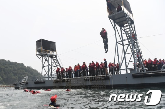 강감찬함 장병들의 진지한 전투수영훈련