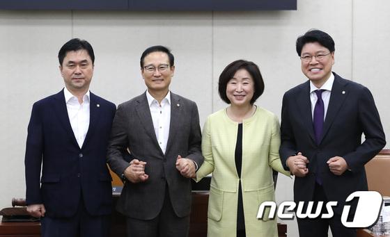홍영표 위원장 체제 첫 정개특위 전체회의