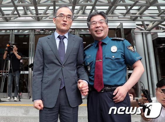 손잡고 기념촬영하는 문무일·민갑룡