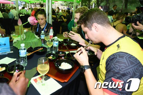 사찰음식 맛보는 파푸아뉴기니 선수들