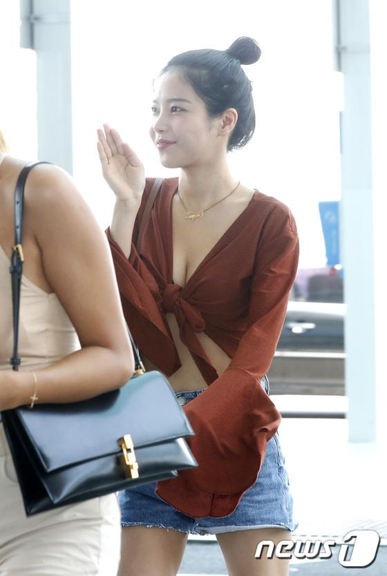 마마무 솔라, 과감한 공항 패션