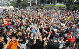 폭염 날리는 신촌 물총 축제