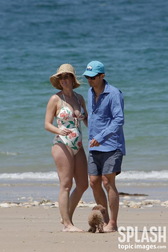 [N해외연예] 올랜도 블룸, 글래머 몸매 케이티 페리와 해변 휴가 포착