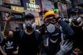 경찰 향해 레이저 포인터 겨누는 홍콩 시위대