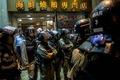 홍콩 시위대 행진 바라보는 경찰 병력...고조되는 긴장감