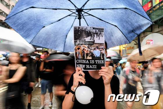 중국 규탄 인쇄물 들고 행진하는 홍콩 집회 참가자들