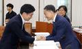 인사하는 김세연 위원장과 박능후 장관