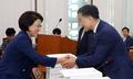 박능후 장관과 인사하는 최도자 의원