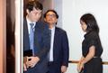 '굳은표정으로 승강기 오른 주한 일본대사관 경제공사'