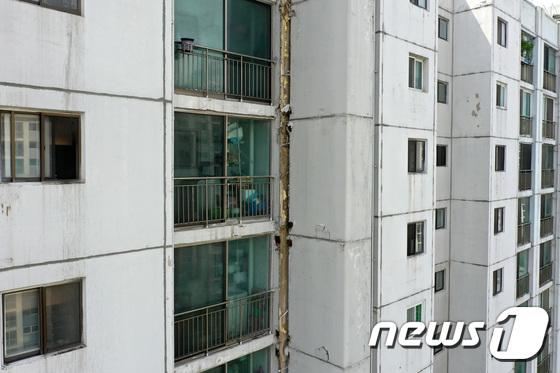 수원 노후아파트 외벽 균열…외벽 이음새 18㎝ 벌어져