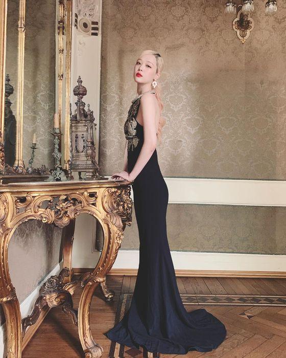 설리, 과감 포즈…드레스로 완성한 고혹美