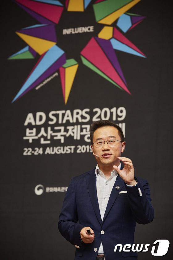 강연하는 스티븐 장 틱톡 브랜드 책임자