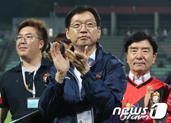박수치는 김경수