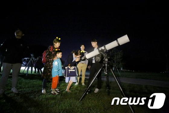 지난해 전북 무주군에서 열린 반딧불축제에서 어린이들이 부모와 함께 별을 보고 있다.(무주군제공)2019.8.28/뉴스1