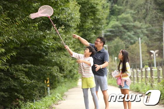 지난해 전북 무주군에서 열린 반딧불축제에서 한 가족이 1박2일 생태탐험에 참여했다.(무주군제공)2019.8.28/뉴스1