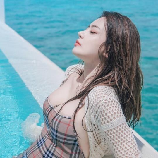 서유리, 수영장서 섹시 수영복 자태…눈감고 도발 포즈