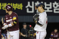 두산 윤명준 '폭투로 1실점'