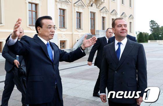 [사진] 상트페테르부르크서 만난 러시아-중국 총리